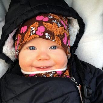 Babymössor i färgglada retrotyger